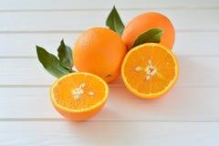 Pomarańcze w cięciu na stole Zdjęcia Stock