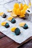 Pomarańcze w czekoladzie na białym papierze Zdjęcia Stock