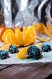 Pomarańcze w czekoladzie na białym papierze Zdjęcie Stock