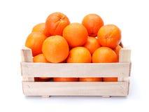Pomarańcze w drewnianym pudełku obraz stock