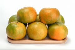 Pomarańcze w drewnianym talerzu, Tajlandzka owoc odizolowywająca na białym tle obraz royalty free