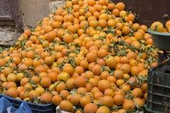 Pomarańcze w ulicznym kramu w Medina fez zdjęcia royalty free