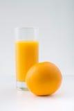 Pomarańcze z glassful świeży sok zdjęcia royalty free