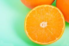 Pomarańcze na mennicy zieleni z powrotem Obraz Stock