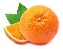 Pomarańcze z plasterkiem odizolowywającym na bielu zdjęcie stock