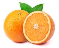 Pomarańcze z plasterkiem odizolowywającym na bielu obrazy stock