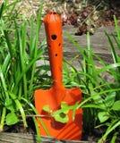 Pomarańczowa łopata w ogródzie Fotografia Royalty Free
