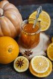 Pomarańczowa bania i imbirowy dżem na drewnianym tle Zdjęcia Stock
