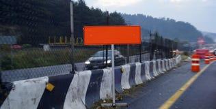 Pomarańczowa budowa podpisuje wewnątrz drogę Zdjęcie Royalty Free