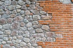Pomarańczowa cegła i kamienie w ścianie Obraz Stock