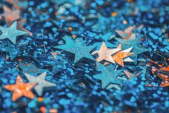 Pomarańczowa i błękitna gwiazda kształtował świątecznego confetti tło obrazy royalty free