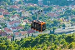 Pomarańczowa kabina cableway stoi out Dubrovnik Chorwacja obrazy stock