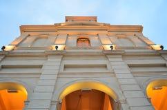 Pomarańczowa kościelna fasada Zdjęcia Stock