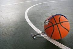 Pomarańczowa koszykówka z stetoskopem dla doktorskiej diagnozy w sporcie fotografia stock