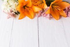 Pomarańczowa leluja na białych deskach Zdjęcie Royalty Free