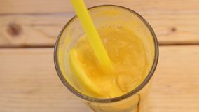 Pomarańczowa lemoniada z cytryną i kostką lodu zbiory