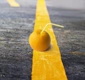 Pomarańczowa owoc i słoma na żółtej linii Fotografia Royalty Free