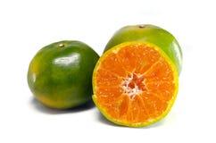 Pomarańczowa owoc z przyrodnim widokiem na białym tle Zdjęcie Royalty Free