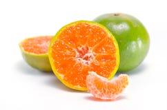 Pomarańczowa owoc z przyrodnim widokiem odizolowywającym na białym tle Zdjęcia Stock