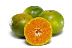 Pomarańczowa owoc z przyrodnim widokiem odizolowywającym na bielu Zdjęcia Royalty Free