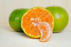 Pomarańczowa owoc z przyrodnim widokiem odizolowywającym na drewnianym tle Zdjęcia Royalty Free