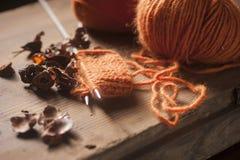 Pomarańczowa woolen nić z trykotowym szalikiem Zdjęcia Stock