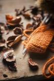 Pomarańczowa woolen nić z trykotowym szalikiem Fotografia Stock