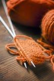 Pomarańczowa woolen nić z trykotowym szalikiem Zdjęcie Stock