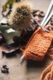 Pomarańczowa woolen nić z trykotowym szalikiem Obrazy Royalty Free