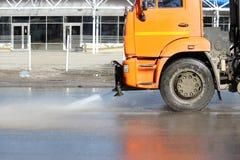 Pomarańczowa zbiera maszyna myje samochodową drogę w wiośnie Fotografia Royalty Free