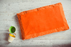 Pomarańczowa zwierzę domowe materac z wiadrami na podłoga Zdjęcia Stock