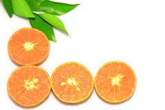Pomarańczowe mandarynki lub tangerine owoc z zielonymi liśćmi, odizolowywają na białym tle obrazy royalty free