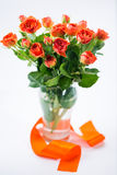 Pomarańczowe róże w wazie Zdjęcia Royalty Free