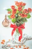 Pomarańczowe róże w wazie Obrazy Royalty Free