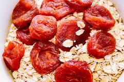 Pomarańczowe wysuszone morele i suchy oatmeal w pucharze Odgórny widok Zakończenie obrazy royalty free