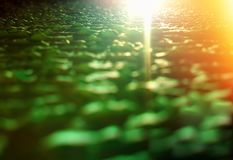 Pomarańczowego światła przeciek na zielonym trudnym nawierzchniowym tekstury tła hd obrazy stock
