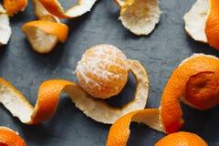Pomarańczowej łupy mandarynki tło tangerines odgórny widok zdjęcie stock