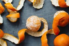 Pomarańczowej łupy mandarynki tło tangerines odgórny widok Zdjęcia Royalty Free