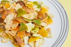 Pomarańczowej łupy ziele w ceramicznego bielu talerza makro- fotografii i zamyka up Fotografia Stock