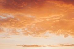 Pomarańczowej czerwieni zmierzch z chmurami fotografia stock