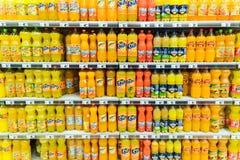 Pomarańczowej sody soku butelki Na supermarketa stojaku zdjęcia royalty free