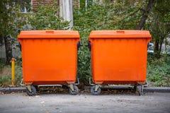 Pomarańczowi śmieciarscy kosze Zdjęcia Stock