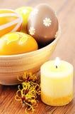 Pomarańczowi Easter jajka w filiżance z amerykańską witchhazel gałązką i ca Obraz Royalty Free