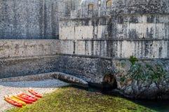 Pomarańczowi i Żółci kajaki w Dubrovnik Obrazy Royalty Free