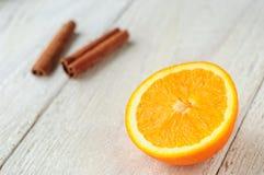 Pomarańczowi i cynamonowi kije na pokładzie Obrazy Royalty Free