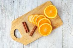 Pomarańczowi i cynamonowi kije na pokładzie Zdjęcie Stock