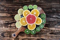 Pomarańczowi i grapefruitowi plasterki w kwiacie kształtują z kiwi, cytryna, a Zdjęcia Royalty Free