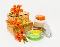 Pomarańczowi leluja kwiaty, pudełka, morze sól, świeczki, mydło i przedmioty, Obrazy Stock