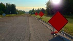 Pomarańczowi Ostrzegawczy Drogowi znaki na autostradzie przy budową obraz stock