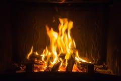 Pomarańczowi płomienie ogień w grabie obrazy stock